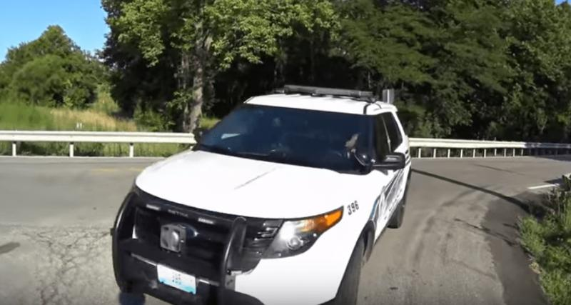 Un policier regarde son téléphone et renverse un cycliste