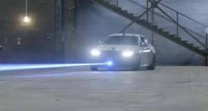 La BMW M2 Competition fait joujou avec un pistolet laser