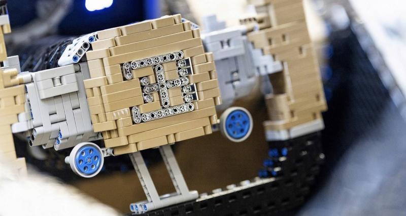 Une Bugatti Chiron en Lego Technic roulante — Vidéo