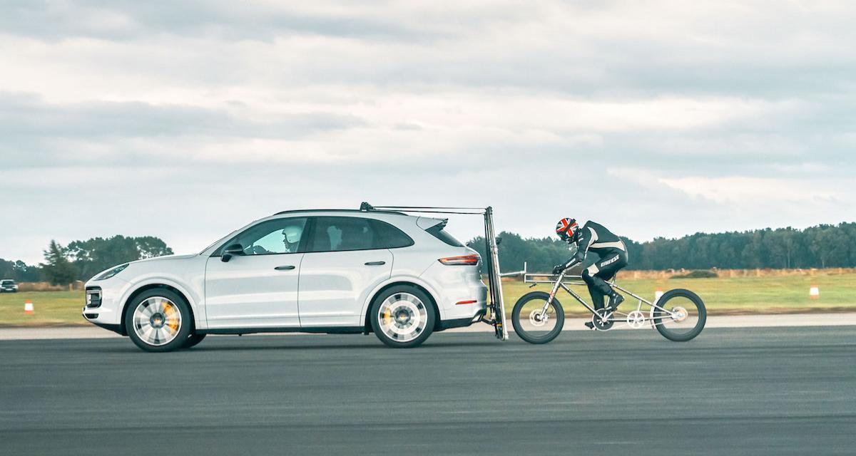 Il bat un record de vitesse à vélo collé à un Porsche Cayenne