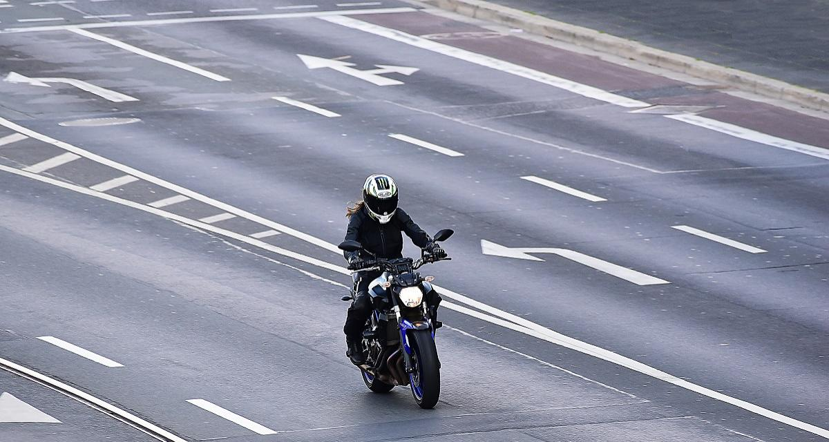 Course sur l'autoroute à 300 km/h entre une moto et une voiture