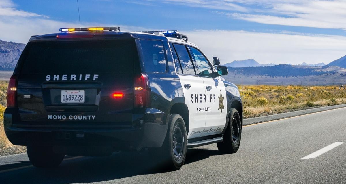 Un policier aide une femme à accoucher sur l'autoroute