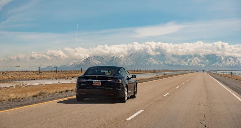 Il dort en roulant dans sa Tesla, la police l'escorte sur 11 km