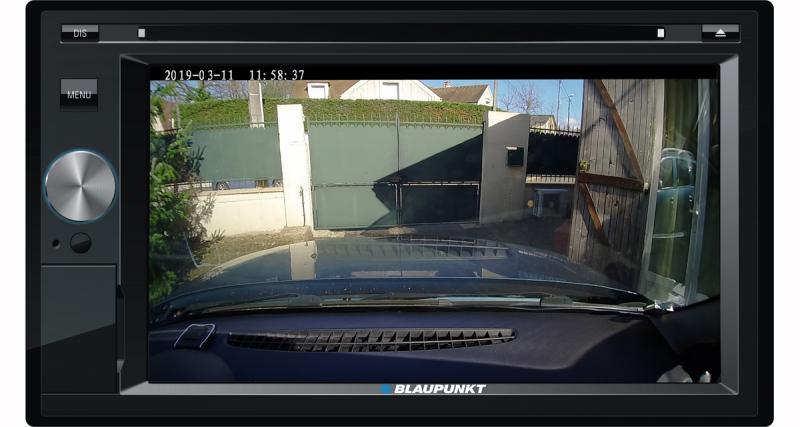 Cette caméra DVR peut être branchée sur un autoradio