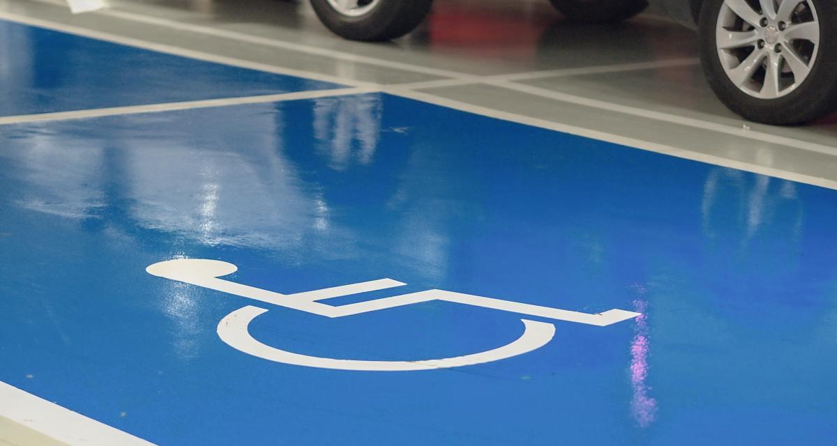 Une députée LREM se gare sur une place réservée aux handicapés