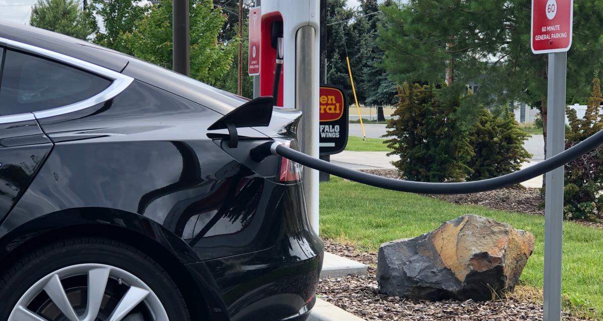Flashé pour un grand excès de vitesse en Tesla électrique