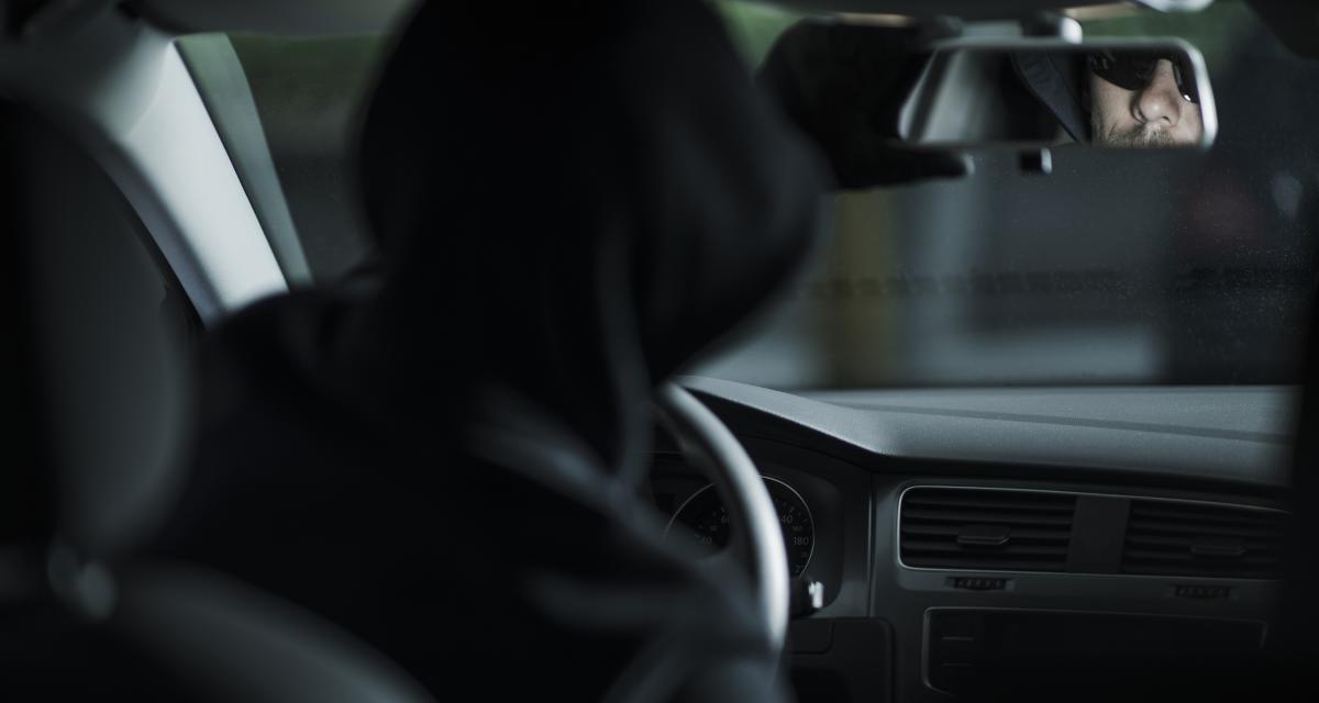 Une femme se cache dans sa voiture pour prendre des voleurs en flagrant délit