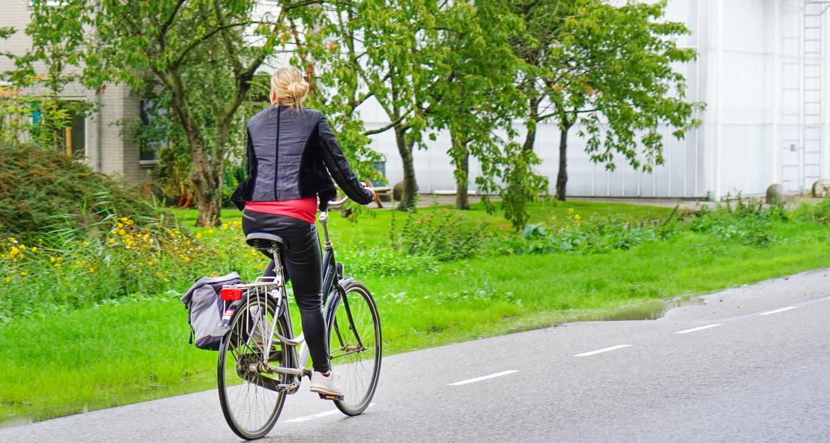 Un cycliste surpris en train de rouler sur l'autoroute A4