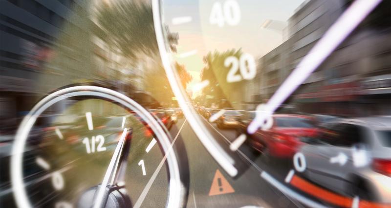 Excès de vitesse : elle roule à 193 km/h avec ses jeunes enfants à l'arrière (vidéo)