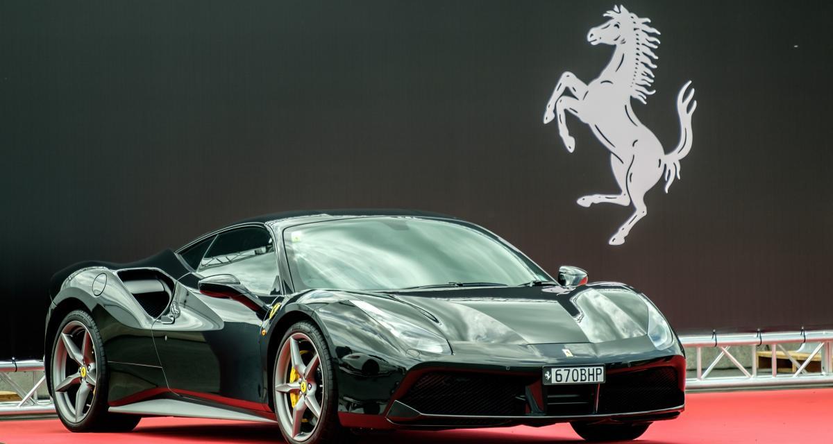 Une McLaren et une Ferrari font une course à 209 km/h sur route ouverte