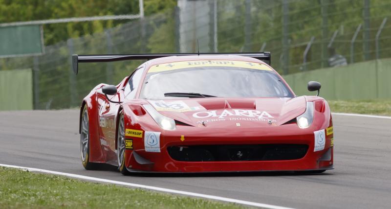 A 87 ans, elle conduit une Ferrari F548 sur circuit !
