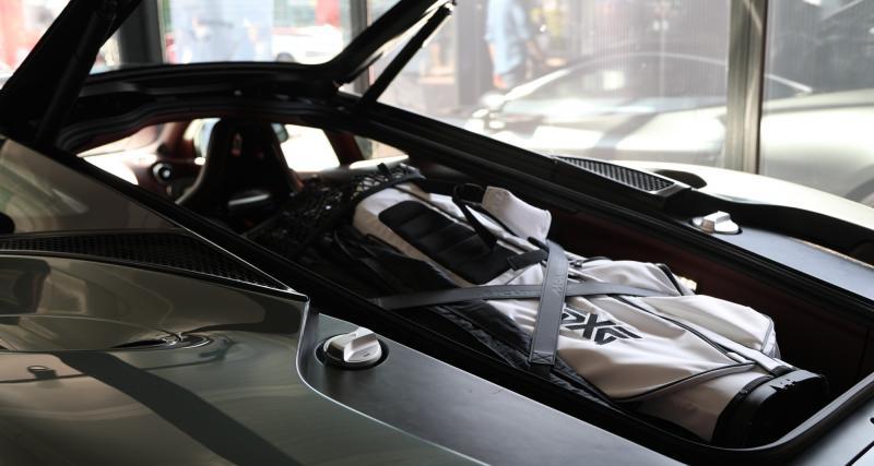 Un moteur de course dans une auto de velours