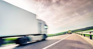 Un camionneur en plein ébat sexuel zizague sur l'autoroute