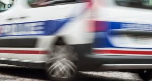 Il vole une voiture de police pour s'enfuir