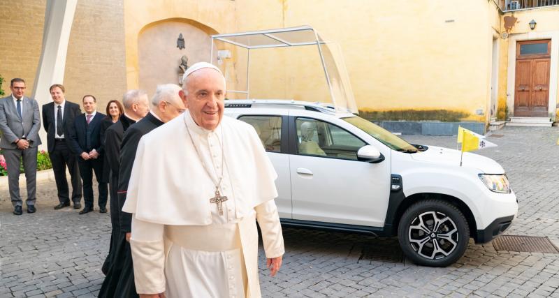 """Le Dacia Duster sacré """"papamobile"""" par le pape François"""