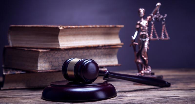 Une décision de justice par défaut