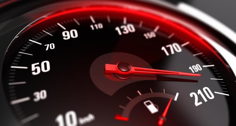 À plus de 200 km/h sur le périph', au guidon de sa Triumph
