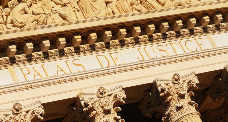 Direction le tribunal