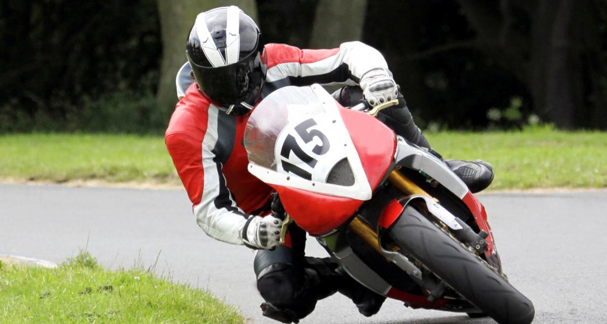Il fait la course à 145 km/h au guidon de sa Yamaha YZF