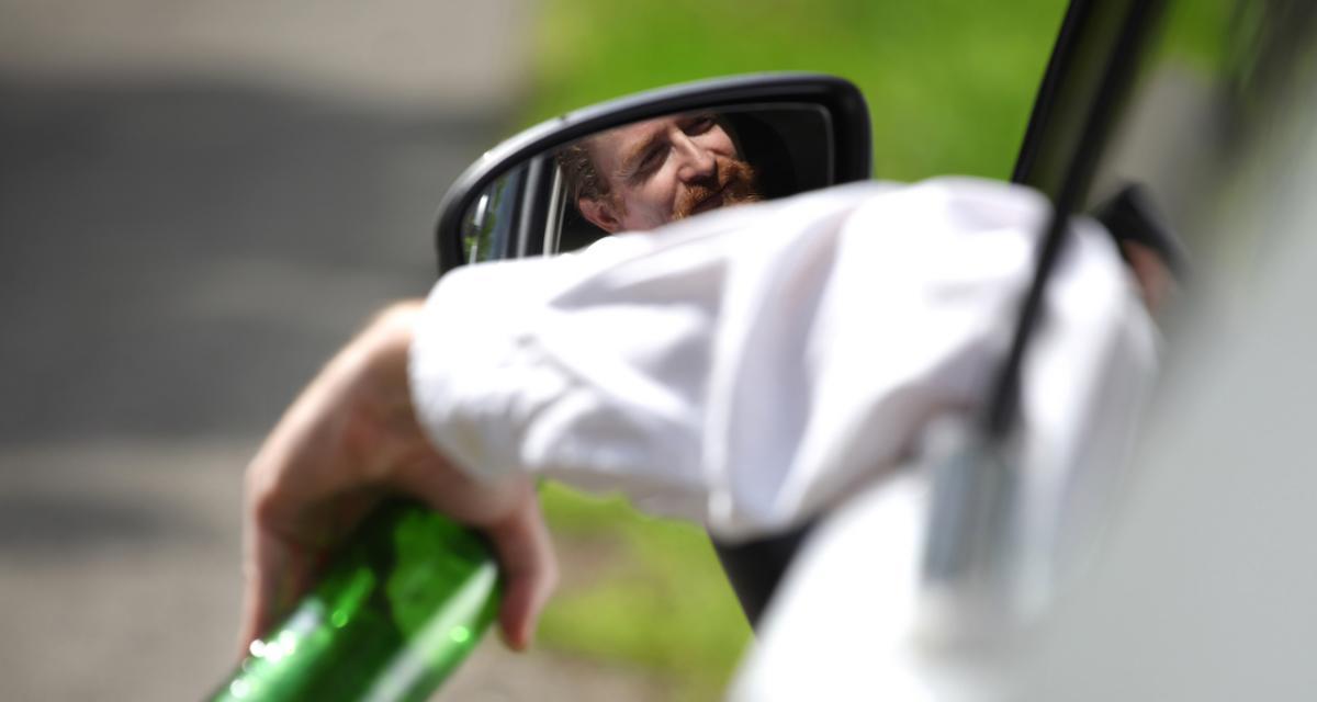 Bourré et insultant, il alpague les policiers dans sa voiture
