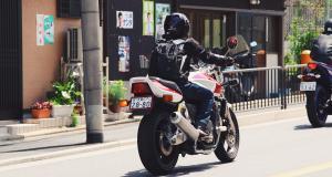 Fous du guidon : il tente de frapper les gendarmes avec son casque de moto après avoir pris la fuite