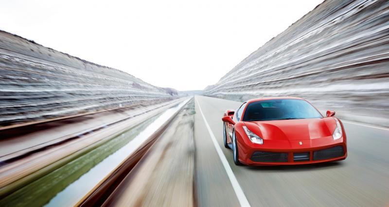 Alexandre Lacazette pose devant sa Ferrari 488 GTB en plein confinement