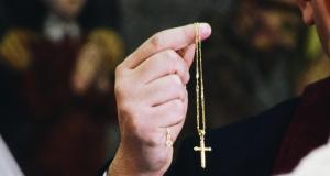 Confinement : des prêtres confessent leurs fidèles en drive-in !
