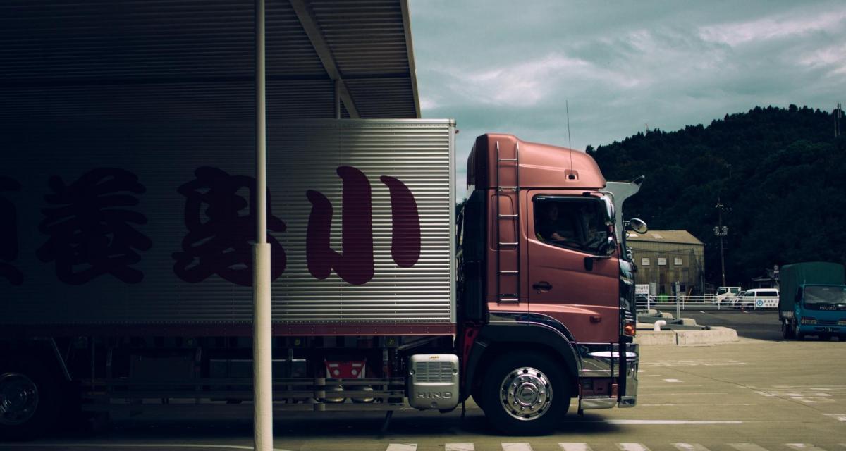 Fous du volant : un camion pris pour cible sur l'autoroute