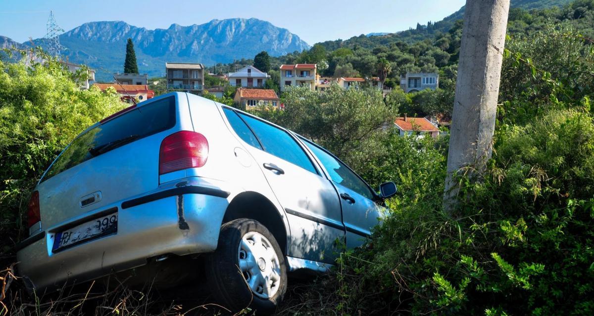 Fous du volant : poursuivi par la police, il fonce dans un portail pour éviter un contrôle