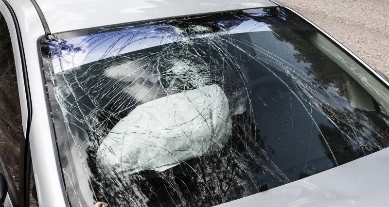 Ivre, il encastre sa voiture contre la caserne de la gendarmerie !