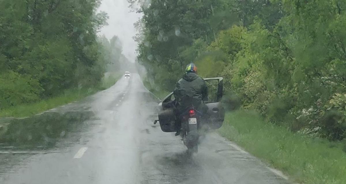 En plein confinement, il se balade en scooter avec... une portière de voiture !
