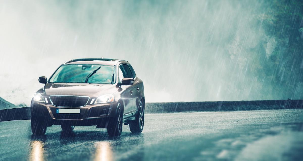 Fous du volant : malgré une pluie battante, il roule à 170 km/h