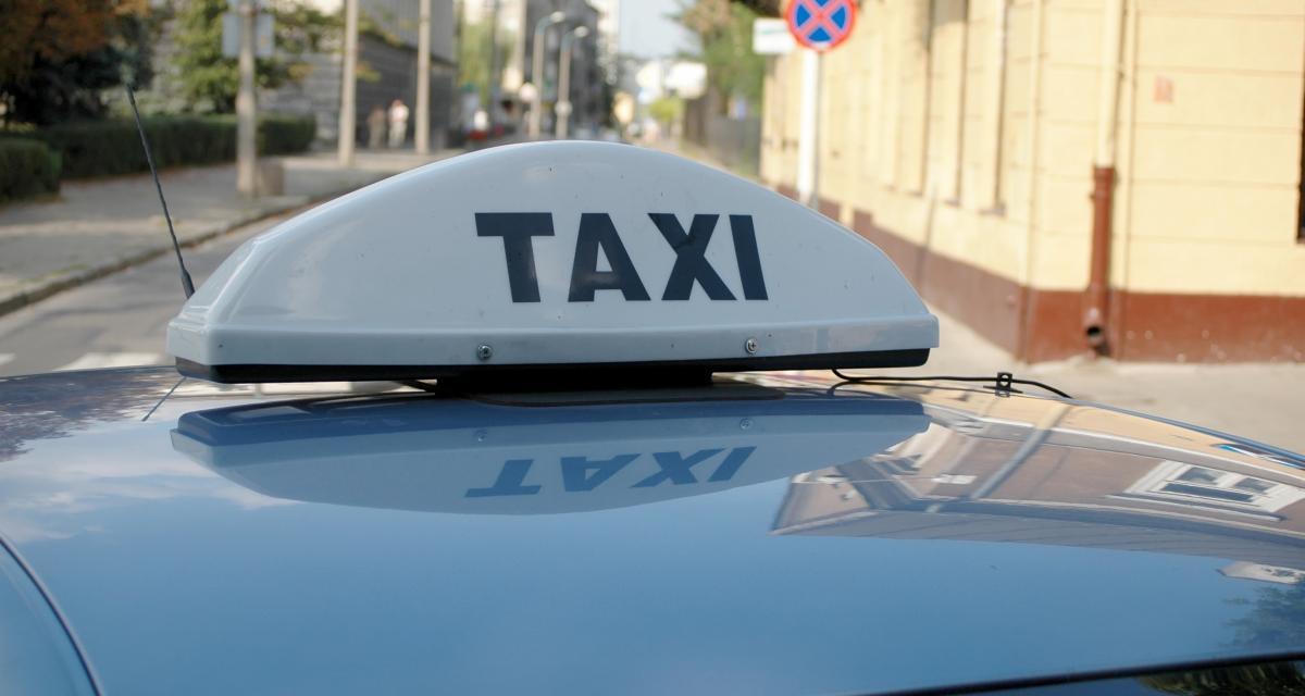 Excès de vitesse pour un chauffeur de taxi, le client prend le volant