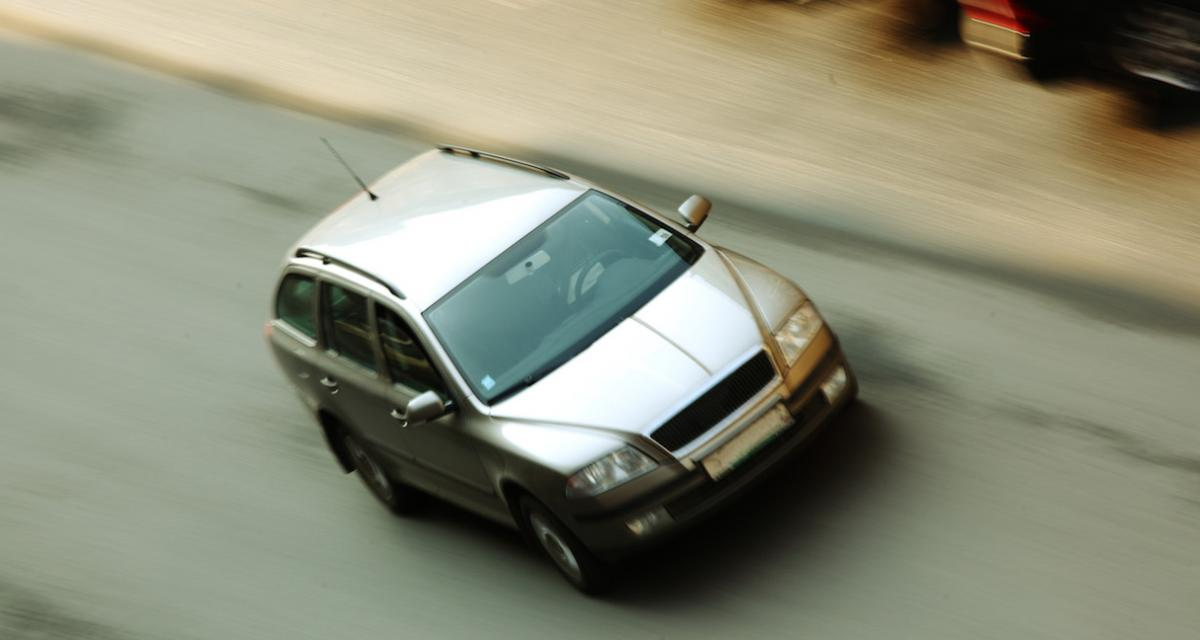 Fous du volant : il conduit sa voiture assis sur la portière