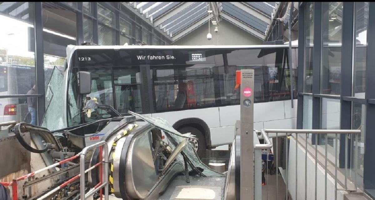 Le chauffeur perd le contrôle, son bus finit sur l'escalator d'une gare