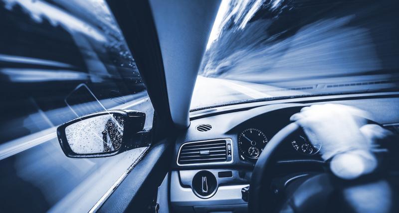 Il roule à 201 km/h sur une autoroute détrempée