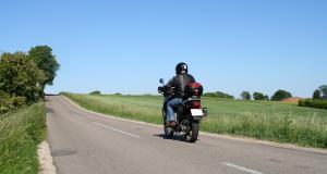 Fous du guidon : en excès de vitesse, le motard roule avec une plaque camouflée
