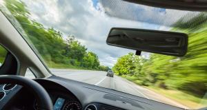 Fous du volant : il se filme à 323 km/h sur l'autoroute, la police le recherche activement