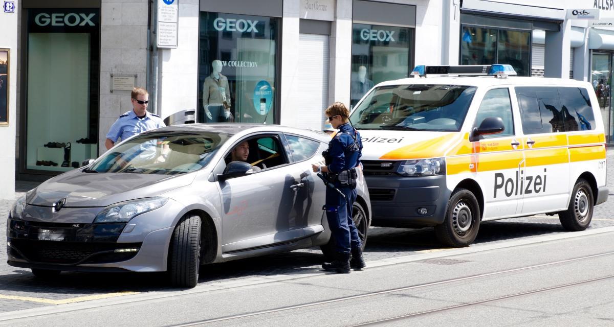 Fous du volant : arrêtée pour excès de vitesse, elle insulte et crache sur les policiers