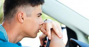 À 121 km/h en ville, le chauffard roulait sans assurance et avec de fausses plaques