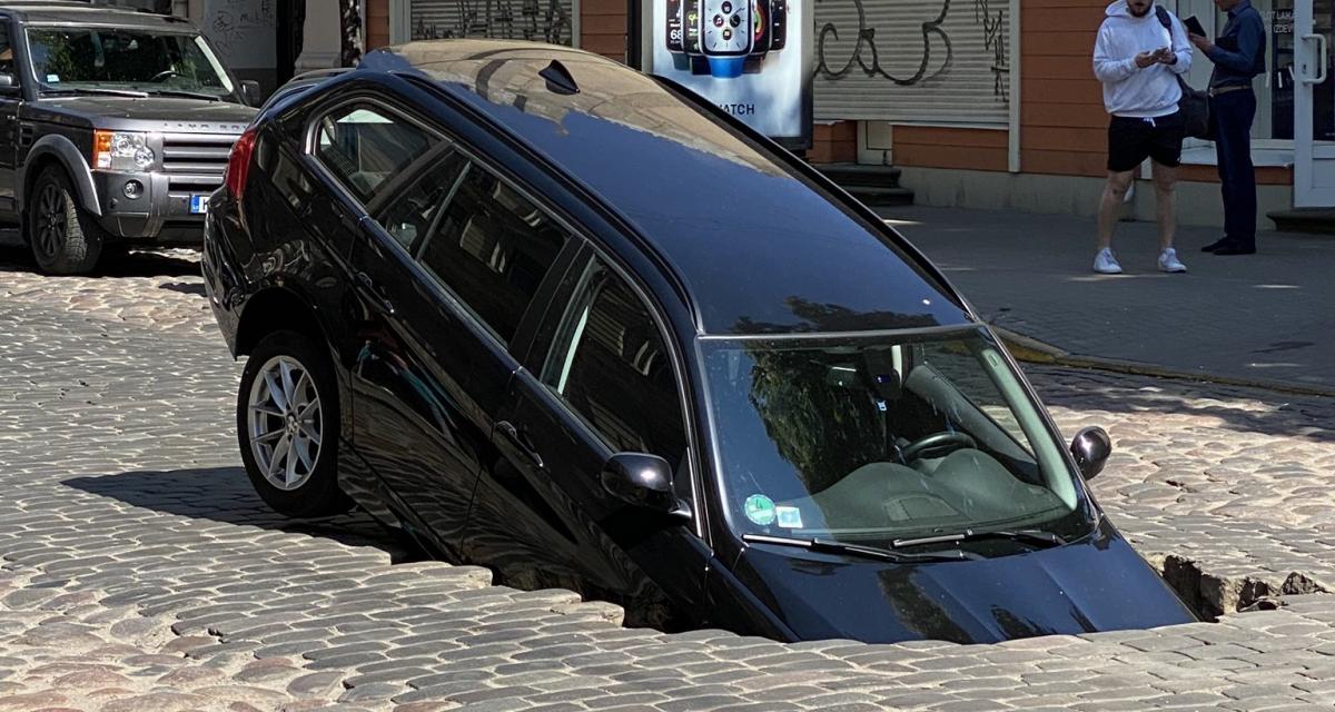 La route s'effondre au passage d'une BMW Série 3 Touring, les canalisations en cause