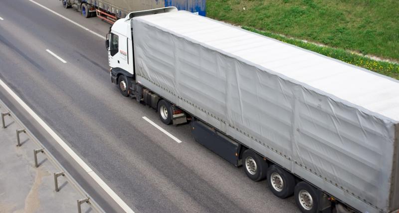 Ivre, un chauffeur routier espagnol regarde un film sur son téléphone en roulant