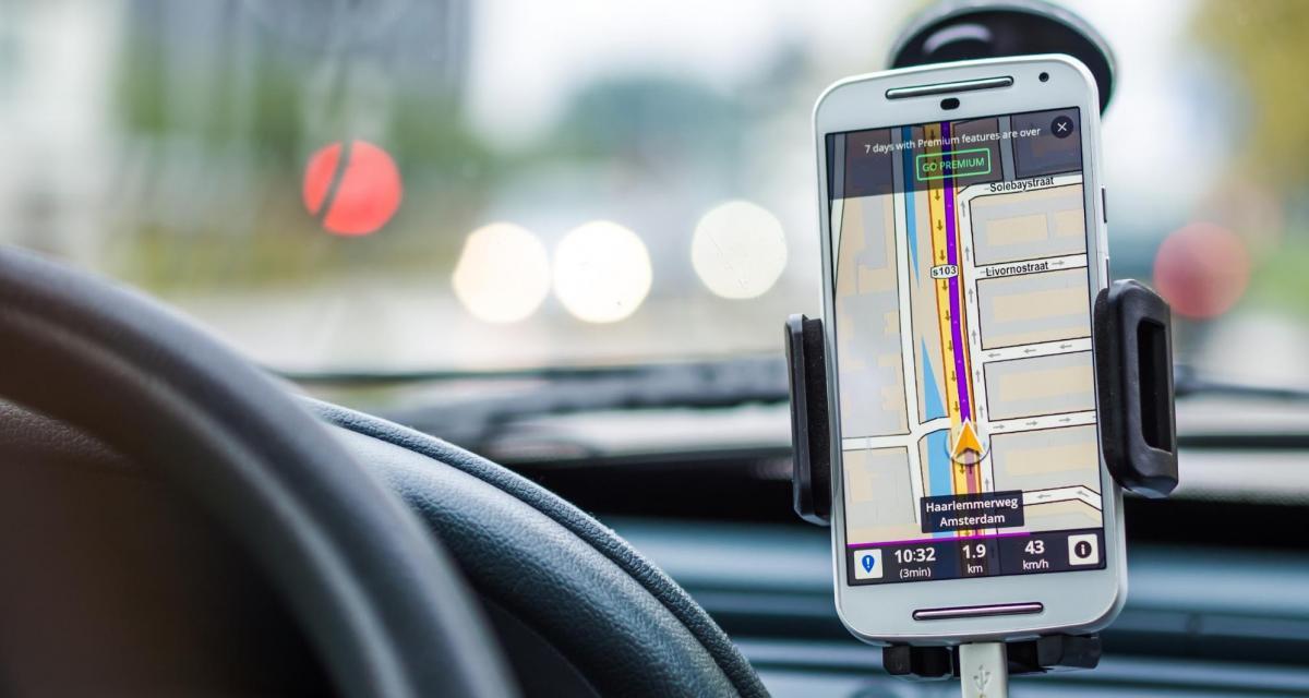 Fous du volant : téléphone au volant, il oublie son clignotant et perd son permis
