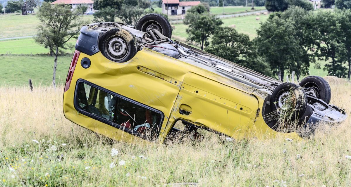 Refus d'obtempérer et course-poursuite, la voiture finit sur le toit