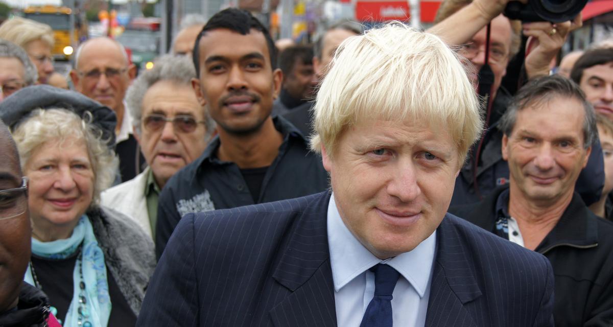 Royaume-Uni : la Jaguar de Boris Johnson se fait rentrer dedans !