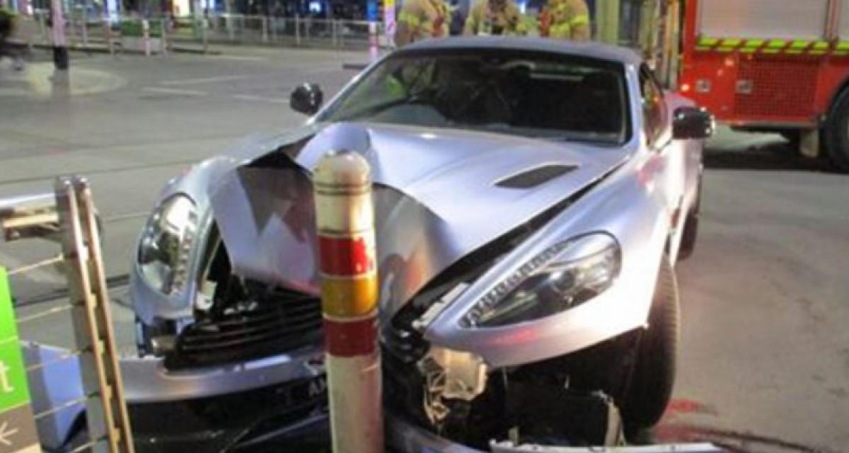 Elle ruine l'avant d'une Aston Martin Vanquish … et s'enfuit juste après