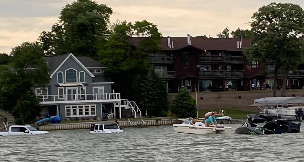 Un Ford F-150 et une Jeep Wrangler coulent lors d'une tentative de sauvetage d'un bateau (vidéo)