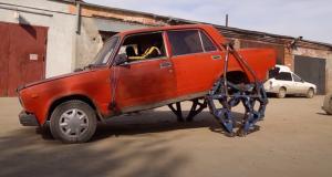 Une Lada montée sur jambes mécaniques (vidéo) : et ça marche !