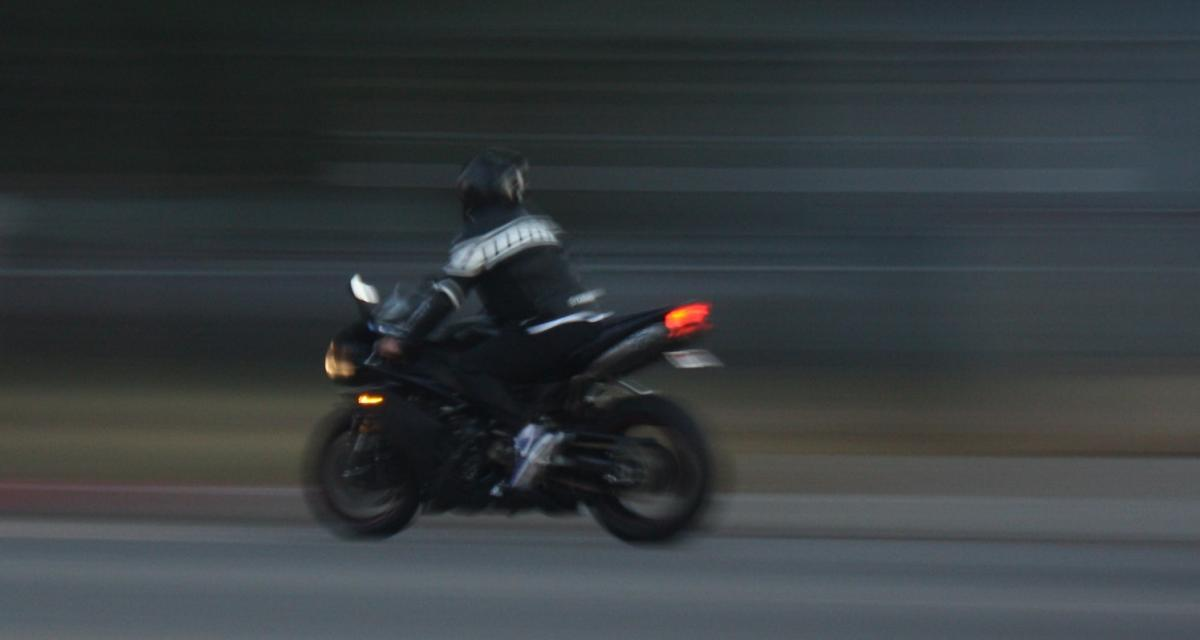 À 150 km/h avec le pneu arrière fortement usé, il se fait retirer son permis de conduire