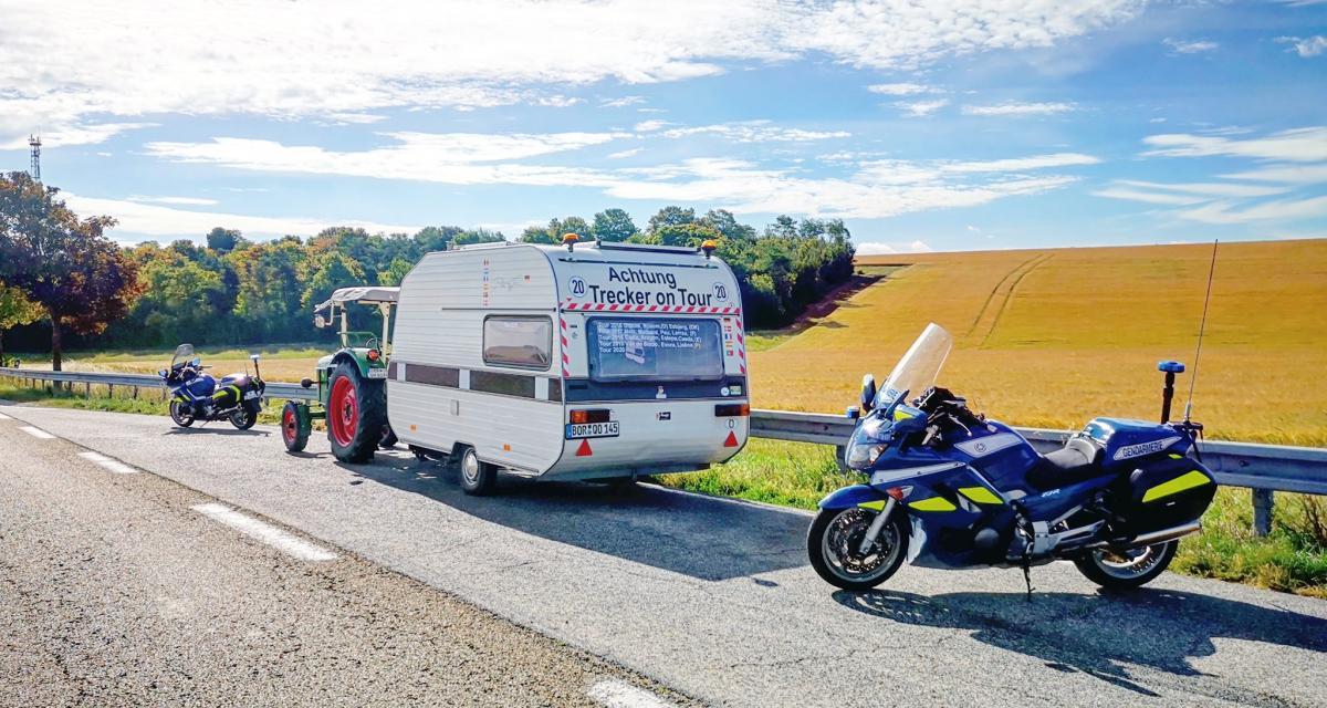 Les gendarmes arrêtent le road-trip d'un retraité au volant d'un tracteur agricole tirant une caravane !